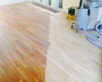 Reinigen houten vloeren: reinigen houten vloer met powerscrubber